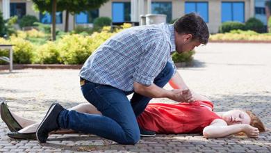 Photo of Sfaturi ZUGO | Viața lor e în mâinile tale. Cum poți salva o persoană ce suferă o criză epileptică în stradă?