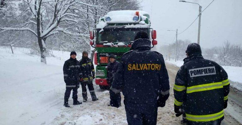 Photo of video | Intervențiile salvatorilor în ultimele 24 de ore: 37 de vehicule au fost deblocate din nămeți