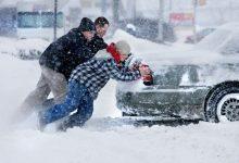 Photo of foto, video | Nu au fost indiferenți nici pe Cod galben de ninsori. Mai mulți șoferi au ajutat la scoaterea mașinilor blocate în troiene