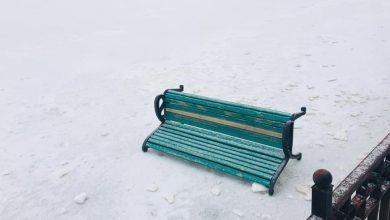 Photo of foto   Culmea nesimțirii: O bancă din parcul Valea Morilor, aruncată pe gheața lacului