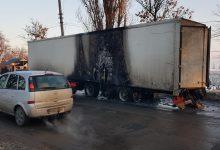 Photo of foto   UPDATE: Incident nefericit pe strada Muncești. Trei anvelope ale unui TIR s-au aprins din mers