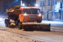 Photo of video | Noapte albă pentru drumari. Aceștia au împrăștiat aproape 300 de tone de material antiderapant în toată țara