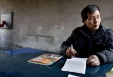 Photo of foto | O bancă, o tablă și patru pereți jupuiți. O fetiță și profesorul ei, singurii care frecventează orele la o școală din China