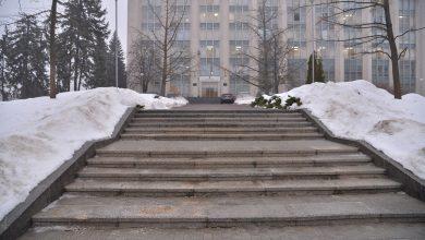 Photo of foto | 3,5 milioane de lei, duse odată cu zăpada. Scările din fața Guvernului, proaspăt renovate, se macină
