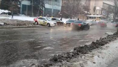 """Photo of video   """"Mâine va fi patinoar"""". O stradă din capitală, inundată din cauza unei țevi sparte"""
