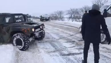Photo of video | Sturza și Gaburici au ajutat cu un Humvee al Armatei mai mulți șoferi să iasă din nămeți