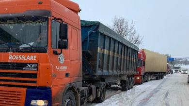 Photo of Iarna își arată colții. Zeci de camioane, stopate la centrul și sudul țării din cauza drumurilor acoperite de gheață