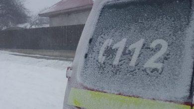 Photo of foto | Condițiile meteo dau bătăi de cap. O ambulanță din Dubăsari, care mergea spre un bolnav, blocată în zăpadă
