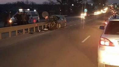 Photo of video | Mașină făcută zob în apropiere de Măgdăcești. Un șofer a intrat într-un parapet după ce ar fi adormit la volan