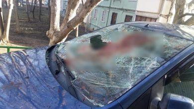 Photo of foto   O mașină parcată în sectorul Buiucani sperie trecătorii. Vehiculul, găsit cu parbrizul spart și plin de sânge