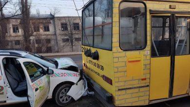 Photo of foto   Încă un accident cu implicarea transportului public în capitală. Un troleibuz, tamponat de un taxi