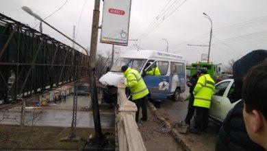 Photo of foto, video | Accident pe podul de pe strada Ismail. Un microbuz de rută, cât pe ce să cadă în gol