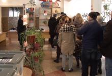 Photo of video | Defecțiuni de sistem la o secție de votare din Bălți. Alegătorii, nevoiți să stea în rând câte jumătate de oră