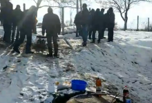 Photo of video | De la alegeri, la o porție de carne coaptă. Alegătorii de la o secție din Călărași gătesc frigărui chiar în fața secției de votare