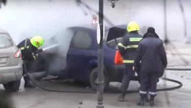 Photo of video | Mașina unei școli auto, cuprinsă de flăcări chiar în apropierea unui liceu din Cimișlia. Focul a mistuit motorul în întregime