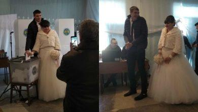 Photo of foto | Au mers la vot în costum de mire și rochie de mireasă. Doi tineri și-au unit destinele în ziua alegerilor