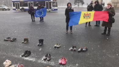 Photo of foto, video | Fără discursuri sau scandări.Zeci de oameni au protestat în PMAN, aducând cu ei încălțămintea celor plecați peste hotare