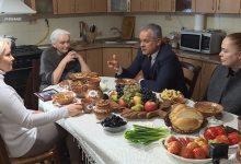 Photo of video | Campanie electorală cu zeamă și sarmale. Vlad Plahotniuc, la casa părintească din Grozești, alături de familie
