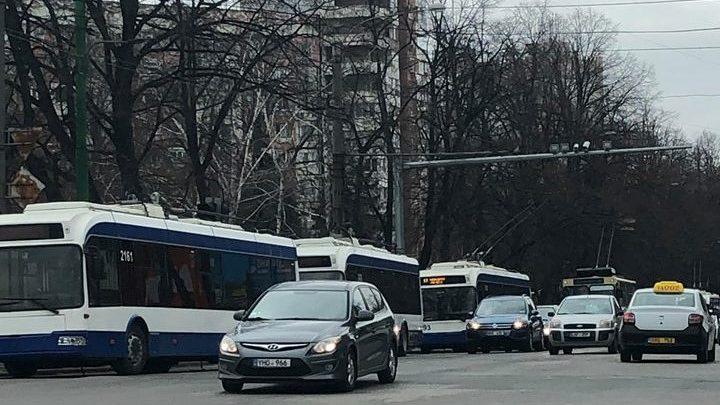 Photo of foto   Blocaj la intersecția bulevardelor Dacia și Decebal. O linie de troleibuz ruptă a dat bătăi de cap conducătorilor