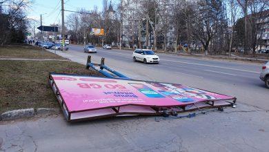 Photo of foto | Vântul de primăvară, din ce în ce mai furios. Un panou publicitar din sectorul Buiucani a fost doborât la pământ