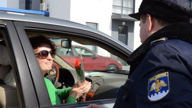 Photo of foto | Lalele în culorile mărțișorului și sute de bomboane. Femeile care au trecut frontiera, felicitate de vameșii moldoveni