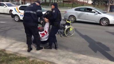Photo of video | Ar fi trecut intenționat la roșu. Un bărbat invalid, salvat de polițiști după ce ar fi vrut să-și pună capăt zilelor