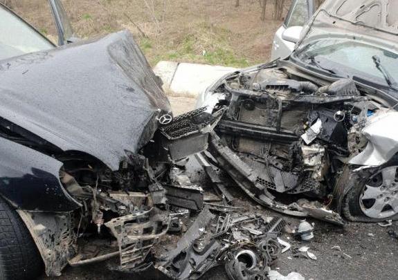 Photo of foto | Impact violent în apropiere de Peresecina. Trei persoane au ajuns la spital după ce două mașini s-au lovit frontal