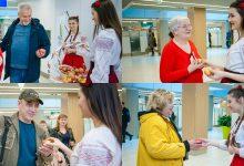 Photo of foto | Impresii dulci și aromate despre Moldova. Pasagerii, întâmpinați cu mere la Aeroportul Internațional Chișinău