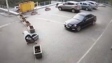 Photo of video   Pe tocuri și la patru ace, mută vasul, dar stângace. O șoferiță, surprinsă în timp ce mută un ghiveci din beton pentru a trece cu mașina