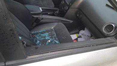 """Photo of foto   Au spart geamurile a 5 mașini din aceeași curte, dar nu au furat nimic. Poliția capitalei, în căutarea unor indivizi """"puși pe rele"""""""