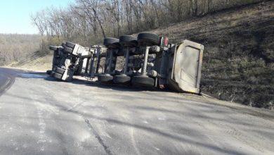 Photo of foto | Un camion plin cu prundiș s-a răsturnat la Hâncești. Șoferul, transportat la spital