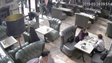 Photo of video | Tinerii care nu ar fi achitat nota de plată într-un local din Chișinău, dați pe mâna poliției. Imaginile de pe camerele de supraveghere, publicate