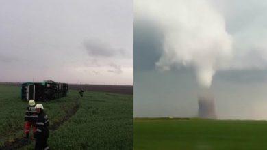 Photo of video | România, lovită de fulgere și tornade. Un autocar, prins în vârtejul de vânt, s-a răsturnat în Călărași