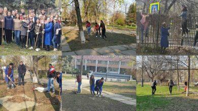 Photo of foto | În campusul UTM de la Botanica miroase a primăvară. Studenții, în rând cu profesorii, s-au înarmat cu greble și au curățat parcul