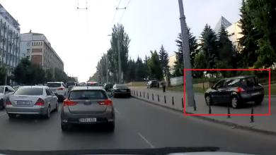 Photo of video   I s-a epuizat răbdarea. Un șofer, surprins cum merge cu mașina pe trotuar pentru a ocoli ambuteiajul de pe o stradă