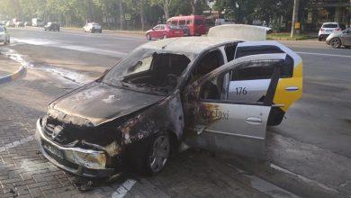 Photo of foto | Mașina unei companii de taxi a ars la o benzinărie din Chișinău. Pompierii au stins focul în doar 13 minute