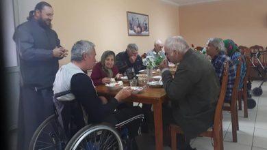 Photo of foto   Și-a dedicat ziua de naștere unei fapte bune. Un preot din Ungheni a făcut masă de sărbătoare pentru oamenii străzii