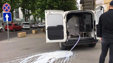 Photo of video | Protest cu lapte în fața Primăriei. Un bărbat a venit cu cisterna și a vărsat zeci de litri pe pavaj