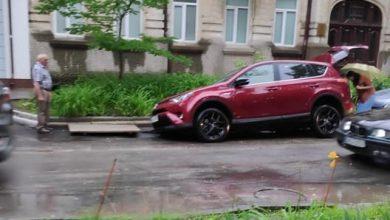 Photo of foto | Asfaltul s-a surpat în locu-n care s-a parcat. Un șofer din capitală s-a trezit cu roțile de la mașină sub carosabil