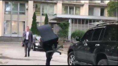 Photo of video | A lăsat funcția, dar nu și fotoliul. Un angajat al Guvernului Filip, surprins cum pleacă cu scaunul în spate