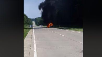 Photo of video | Flăcări pe o șosea din raionul Strășeni. O mașină, surprinsă cum arde pe marginea carosabilului