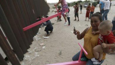 Photo of video | Gardul metalic îi separă, dar îi unește – balansoarul. La granița dintre SUA și Mexic au fost instalate scrâncioburi în semn de protest