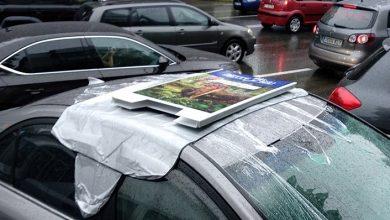 Photo of foto   Șoferii și pietonii când e ploaie se cunosc.Un trecător a acoperit o mașină lăsată cu trapa deschisă și a avut grijă de ea până a venit șoferul