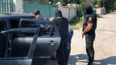 Photo of video | Cinci moldoveni și-au organizat acasă o adevărată fabrică de droguri. Un gram îl vindeau cu 1000 de lei