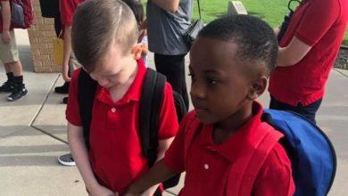 Photo of Exemplu de bunătate: Un băiețel, surprins cum îl însoțește pe colegul său autist, care începe a plânge în prima zi de școală
