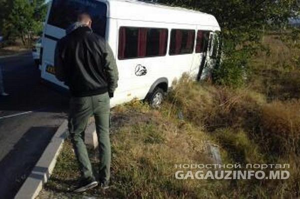 Photo of foto, video   Un microbuz de pe ruta Cahul-Soroca a ajuns într-un șanț. Șoferul s-ar fi luat la harță cu un alt conducător auto