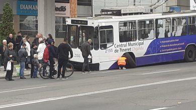 Photo of ultima oră, foto | Un troleibuz a rămas fără roată în plin trafic. Care este reacția RTEC?