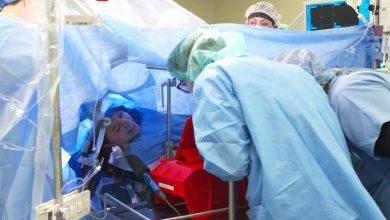 Photo of video |O operaţie pe creier a fost transmisă în direct pe Facebook. Cum a reacționat pacienta, fiind conștientă în tot acest timp?