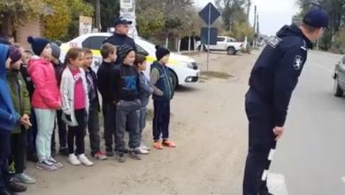 Photo of video | Eu fac un pas și… Ce a pățit un polițist care voia să le explice copiilor cum să traverseze corect strada?
