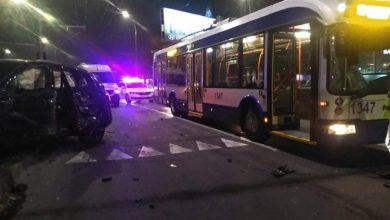 Photo of foto, video   Accident cu implicarea a două automobile și a unui troleibuz. Unul dintre șoferi a ajuns la spital